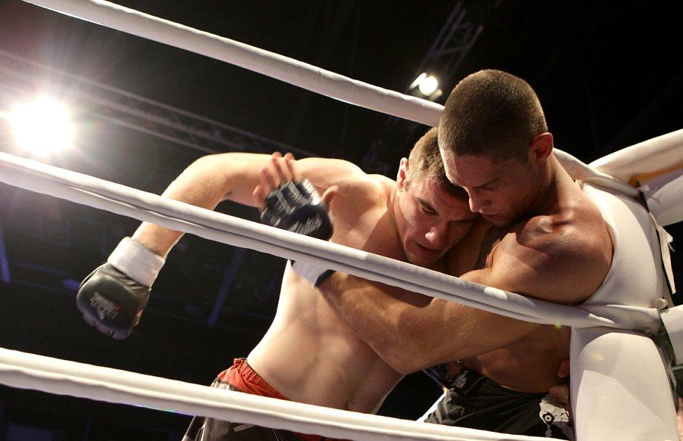 Night of Warriors II v Tipsport areně. Na snímku Tomáš Penz (BFC Liberec) a vlevo Kamil Szymuszowski (Polsko).