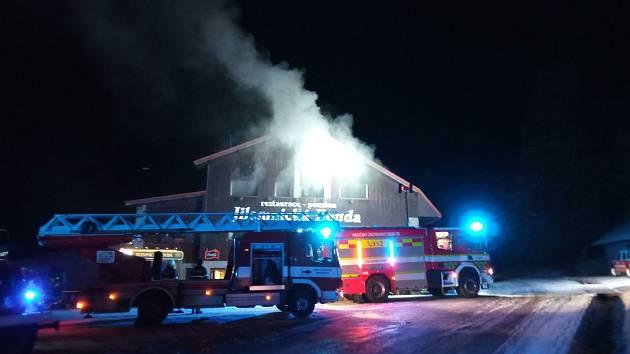 Rekreační objekt na Jilemnicku hasily jednotky 2. stupně požárního poplachu několik hodin.