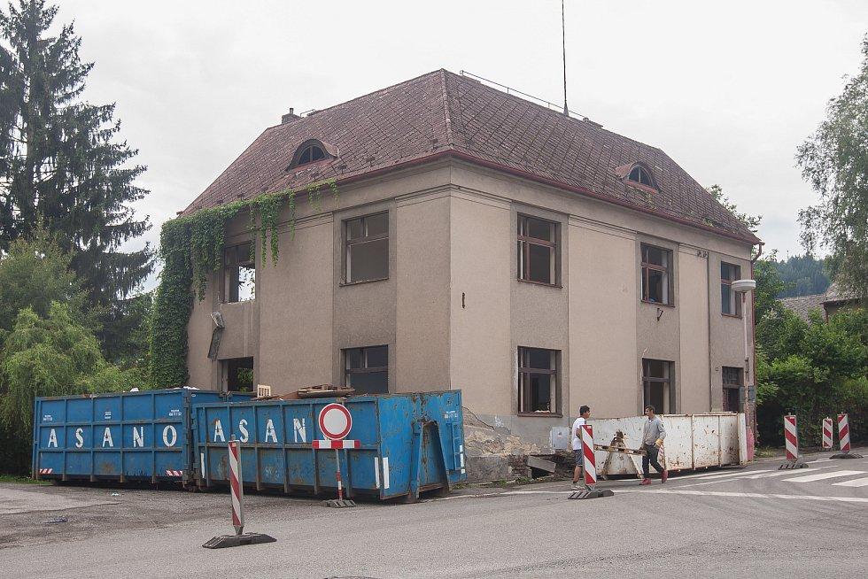 Přípravy na demolici objektu na křižovatce silnic Chuchelská a Jana Žižky, kde bude vybudován kruhový objezd.