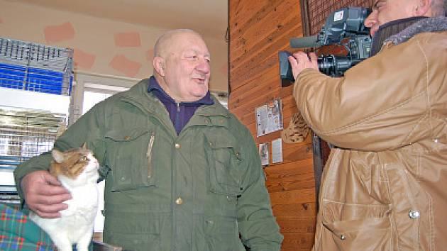 Zdeněk Srstka se na natáčení v lučanském útulku Dášenka vždy těší. Zvířátka díky pořadu Chcete mě mohou získat domov u nových majitelů po celé České republice. Pětiletý kocour Otík,  společně se svými zvířecími kamarády, se kamery nebál.