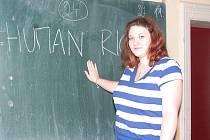 Šikovná studentka Lada Kadaníková zvládne o lidských právech diskutovat v anglickém jazyce. Vzhledem k úspěchu pojede dále debatovat buď do Francie nebo do Švédska.