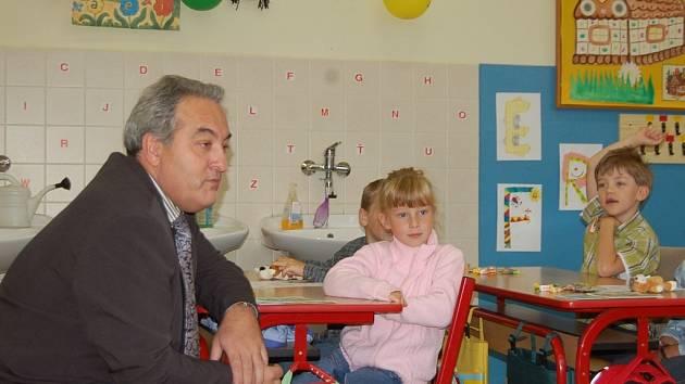 Petr Tulpa diskutoval s dětmi z první třídy Základní školy Pivovarská, když ještě předtím navštívil ZŠ 5. května. Jedním z nejvíce hovorných prvňáčků byla Markétka, ke které si starosta Jablonce přisedl.