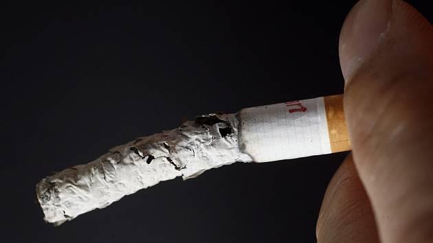 Hořící cigareta. Ilustrační snímek