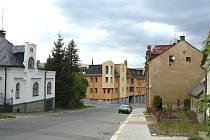 Po dostavění dvou domů s čtyřiatřiceti byty vyššího standardu bude pohled z ulice Lesní směrem k Bulváru 5. května vypadat podle vizualizace takto.