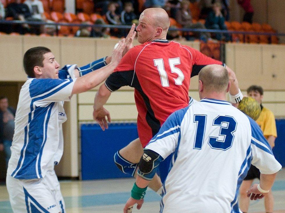 Házenkáři ELP Jablonec se utkali s Louny. Jakub Mrklas v souboji s obranou hostí.