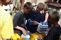 Při povodních v roce 2002 se zvedla vlna solidarity a lidé přinášeli nejnutnější potřeby do nejhůře zasažených oblastí do sídla Oblastního spoleku Červeného kříže v Jablonci.