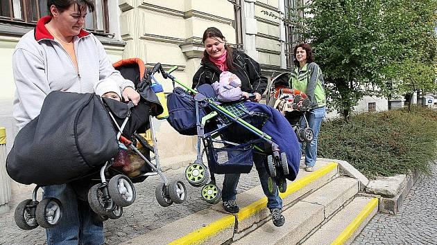 Při loňském Dni bez aut matky z centra Jablíčko vyrazily po Jablonci, aby upozornily na místa, kde není bezbariérový přístup. Jejich první zastávkou byla hlavní pošta a její tři schody.