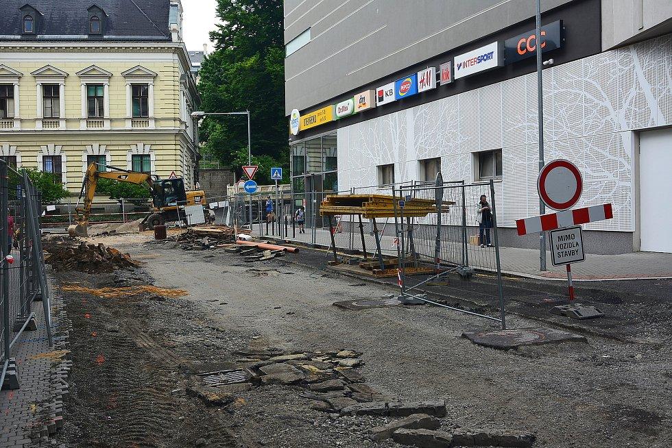 Centrum Jablonce je ochromené stavbou dešťové kanalizace.
