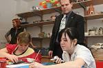 Prázdniny. Ve smržovském Výtvarném centru Sněženka tráví v těchto dnech čas děti z Jedličkova ústavu. Mohou zde tvořit i třeba hrát různé hry. Navštívil je krajský radní Pavel Petráček.
