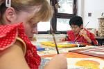 Prázdniny. Ve smržovském Výtvarném centru Sněženka tráví v těchto dnech čas děti z Jedličkova ústavu. Mohou zde tvořit i třeba hrát různé hry, jako Člověče nezlob se.