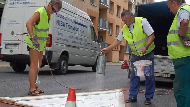Před začátkem šklního roku mají Technické služby města Jablonce nad Nisou dost práce u škol.