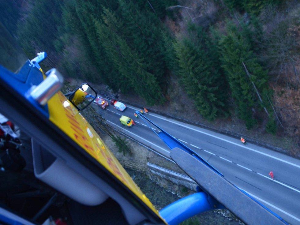 Nehoda motorkáře v serpentinách u Železného Brodu. Přiletěl pro něj vrtulník, ve složitém terénu si sedl přímo na silnici.