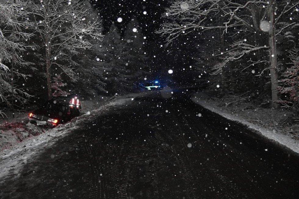 44letá žena nepřizpůsobila rychlost jízdy počasí, na čerstvě zasněžené silnici mezi Ralskem a Bělou pod Bezdězem dostala smyk.