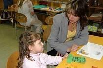 Budoucí prvňáčci u zápisu. Vědí rodiče, jakého má škola ředitele?