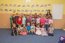 Prvňáci ze Základní školy Železný Brod, Pelechovská se fotili do projektu Naši prvňáci. Na snímku je s nimi třídní učitelka Lucie Špidlenová.