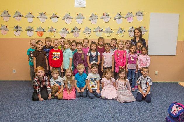 Prvňáci ze Základní školy Železný Brod, Pelechovská se fotili do projektu Naši prvňáci. Na snímku je snimi třídní učitelka Lucie Špidlenová.