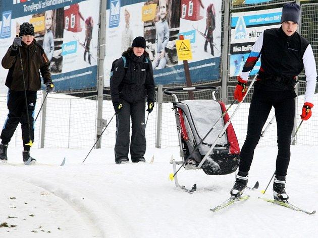 Lyžaři na běžkách vyrážejí na Jizerskou magistrálu třeba i ze stadionu v Bedřichově.