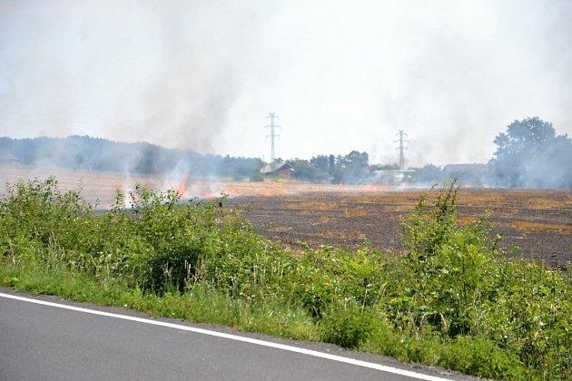 Požár pole na Semilsku likvidovalo 7hasičských cisteren.