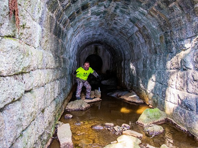 Od přehrady v Bedřichově pod celým parkovištěm vede štola, jak ukazuje spolupořadatel ledového Bedřichovského Bartarda Rudolf Pinkas.
