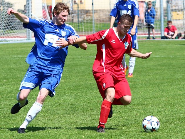 Fotbalisté Železného Brodu dostali výprask od Dvora Králové (v modrém) 7:0.