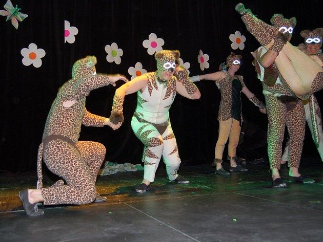 Přivezli Džungli. Soustředění a absolutní nasazení předvedli členové Centra 83 z Mladé Boleslavi. V představení, které nazvali Džungle vystupovali všichni v  kočičích maskách.