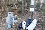 Z Klokočských skal v okolí hradu Rotštejn o víkendu zmizely pytle odpadků.