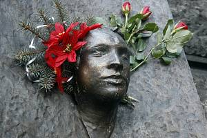 Pomník Jana Palacha s posmrtnou maskou na budově Filozofické fakulty UK v Praze.