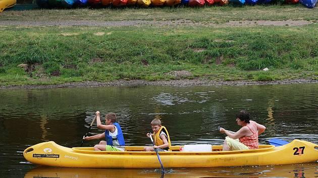 Malá Skála a řeka Jizera. Žlutá plovárna.