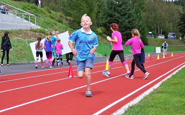 Modernizovaný stadion Na Výšině v Tanvaldu slavnostně otevřeli první den nového školního roku dětským sportovním dnem. Děti si vyzkoušely hned několik stanovišť.