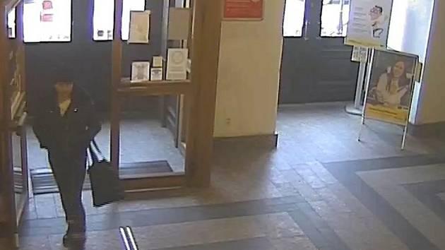 Zlodějky, tak jak je při krádeži na hlavní poště v Jablonci zachytily bezpečnostní kamery.