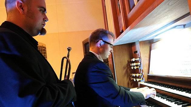 Na varhany zahraje Petr Hostinský a na trubku Pavel Herzog. Oba interpreti jsou členy skupiny Sto zvířat.