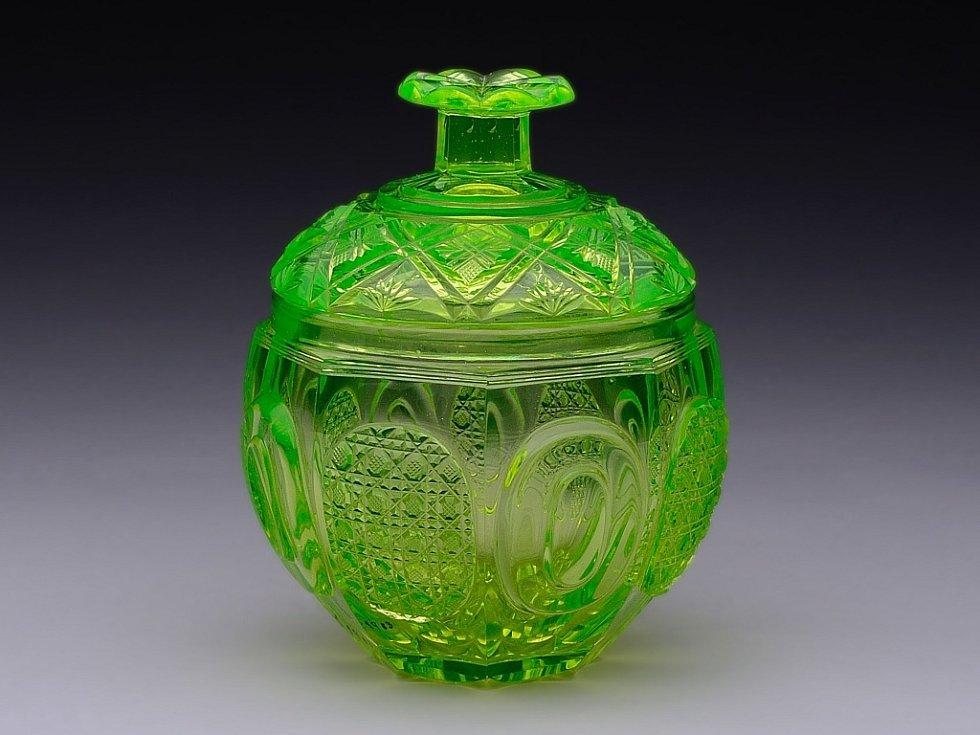 cukřenka z uranového skla. V Hraběcí Harrachovské sklárně ji vyfoukli a vybrousili kolem roku 1845.