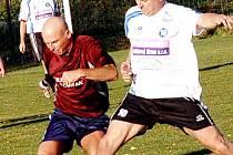 Derby v Lučanech přineslo pěkný fotbal, na snímku bojují Josef Hnídek (v bílém) s domácím Janem Beránkem.
