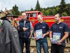 Na křtu nové knihy v Kořenově nechyběl Krakonoš ani samotní autoři Pavel Šturm (úplně vpravo) a Petr Möller.