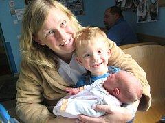 Lucie Fidlerová se narodila Ludmile a Martinovi Fidlerovým z Jistebska 16. 8. 2014. Měřila 46 cm, vážila 2750 g. Na snímku i s Matějem.