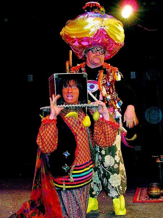 Na festivalu iluzí a kouzel klaunové  program koncipovali do Pohádek tisíce a jedné noci. Na snímku jeden druhému točí hlavou v kafemlýnku.