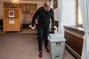 Český kreslíř a ilustrátor Petr Urban odevzdal 20. října na Smržovce svůj hlas ve volbách do Poslanecké sněmovny Parlamentu České republiky.