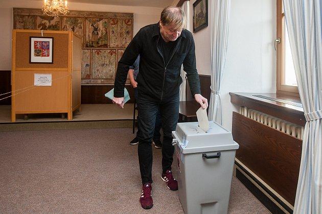 Český kreslíř a ilustrátor Petr Urban odevzdal 20.října na Smržovce svůj hlas ve volbách do Poslanecké sněmovny Parlamentu České republiky.