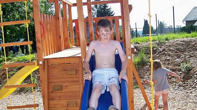 Bzovský okrašlovací spolek udělal dětem radost, postavil hřiště.