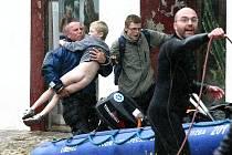 Hodinu po sobotním poledni dorazili do zatopené Chrastavy liberečtí potápěči ze Snakesubu. Podle jejich vedoucího Jaroslava Kočárka na místo vyjelo všechno, co má dvě ruce a pomáhat začali intuitivně.