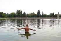 Zdeněk Bradáč se připravuje na únik ze tří pout pod vodou.