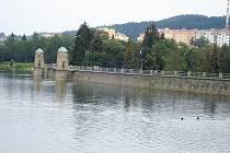 Jablonecká přehrada s hrází.
