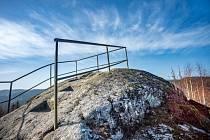 Čertovy kameny (někdy též Čertova vyhlídka) se tyčí nad horním tokem Kamenice u obce Josefův Důl.