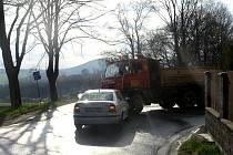 V prudké pravotočivé zatáčce se zalekl protijedoucího vozidla Tatra, prudce sešlápl brzdu, vozidlo dostalo smyk a narazilo do protijedoucí Tatry.