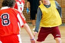 Aleš Rolenc (ve žlutém) pomohl týmu Prousek k prvnímu vítězství dlouhodobého turnaje Kamenická liga.