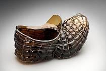 Song Mi KIM-Dědova papuče (Pravá), sklo foukané do drátěné formy.