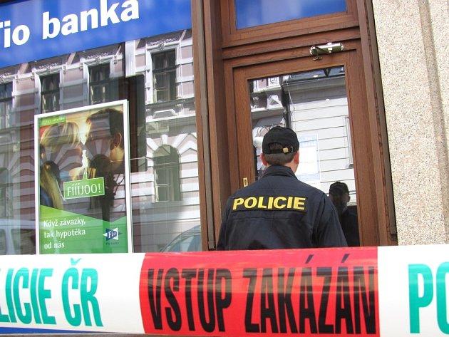 V pondělí 13. května v dopoledních hodinách přepadl zatím neznámý pachatel směnárnu v Poštovní ulici s plynovým sprejem v ruce a po devadesáti minutách stejným způsobem přepadl pobočku Fio banky v budově jablonecké radnice na Mírovém náměstí.