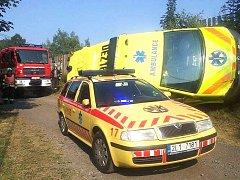 Nerespektování modrých majáků a sirén zásahových vozidel záchranářů jedoucích na pomoc zraněnému člověku u lučanského koupaliště vedlo v neděli odpoledne k jejich kolizi.