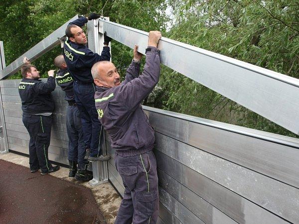VÚstí nad Labem se snaží živel zastavit nornými stěnami.