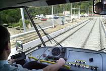Řidiči tramvají se mohou v kabině pořádně nadechnou, aniž by riskovali virové onemocnění. Pokud se speciální látka Nanosterilie osvědčí, očištěny jí budou i autobusy DPMLJ.